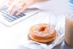 еда и сладостный хлеб на столе компьютера стоковое фото rf