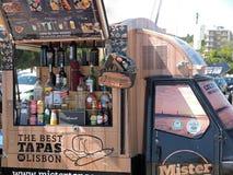 Еда и тележка напитка с тапами в Лиссабоне стоковые фото