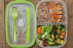 Еда коробки для завтрака здоровая принимает отсутствующему мясу Бресту цыпленка салата гречихи пластмасового контейнера деревенск Стоковые Фотографии RF