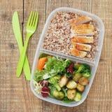 Еда коробки для завтрака здоровая принимает отсутствующему мясу Бресту цыпленка салата гречихи пластмасового контейнера деревенск Стоковая Фотография RF