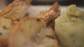 Еда крупного плана очень вкусная элегантная в ресторане сток-видео