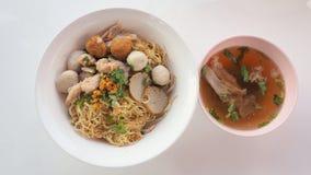 Еда лапши яичка сухая азиатская с взгляд сверху супа косточки Стоковое фото RF