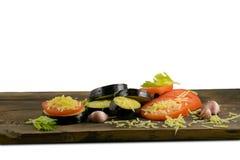 Еда лета: отрезанные баклажан и томат Томаты, aubergines, сыры, чеснок и сельдерей на деревянной доске Стоковое Изображение RF