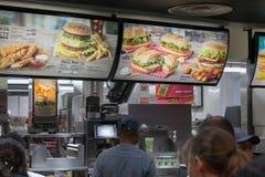 Еда людей покупая в ресторане McDonalds на графстве Hall Стоковое фото RF