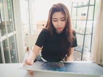 Еда молодой женщины приказывая Стоковые Фотографии RF
