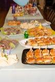 Еда партии и украшенная таблица Стоковые Фото
