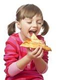 еда пиццы девушки счастливой маленькой стоковая фотография