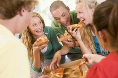еда подростков пиццы группы Стоковое фото RF