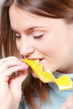 еда померанцовой женщины Стоковые Фото