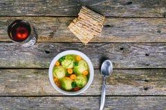 Еда праздника еврейской пасхи супа шариков Matzah мацы еврейская - суп шариков Matzah Стоковая Фотография RF