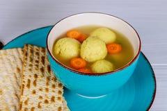 Еда праздника еврейской пасхи супа шариков Matzah мацы еврейская - суп шариков Matzah Стоковые Фотографии RF