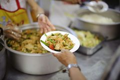 Еда призрения свободна для людей в трущобах стоковое изображение rf