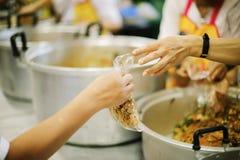 Еда призрения свободна для людей в трущобах стоковые изображения