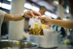 Еда призрения свободна для людей в трущобах стоковые фотографии rf