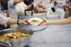 Еда призрения свободна для людей в трущобах стоковое фото
