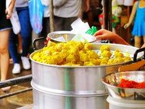 Еда продавца испаряясь тусклая сумма в нержавеющем баке распаровщика для продавать на рынке Chatuchak, Бангкоке, Таиланде Стоковое фото RF