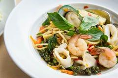Еда пьяницы продукта моря спагетти пряная очень вкусная тайская на белом d Стоковое Изображение
