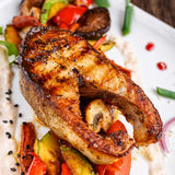 Еда ресторана, зажаренная еда, зажаренные овощи, зажаренные семги, стейк рыб - Salmon стейк Стоковые Изображения