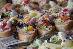 Еда ресторанного обслуживании - вкусные сандвичи стоковое изображение rf