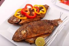 Еда рыб с болгарским перцем и лимоном Стоковое Изображение
