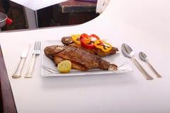 Еда рыб с болгарским перцем и лимоном Стоковое Изображение RF