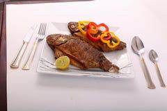Еда рыб с болгарским перцем и лимоном Стоковая Фотография