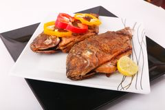 Еда рыб с болгарским перцем и лимоном Стоковые Фото