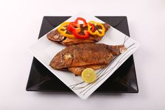 Еда рыб с болгарским перцем и лимоном Стоковые Изображения RF