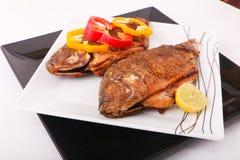 Еда рыб с болгарским перцем и лимоном Стоковое Фото