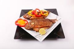 Еда рыб с болгарским перцем и лимоном Стоковые Фотографии RF