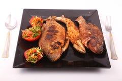 Еда рыб с концом салата вверх Стоковые Изображения
