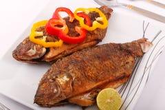 Еда рыб с куском желтого болгарского перца Стоковое фото RF