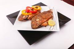 Еда рыб с половиной лимона Стоковое фото RF