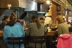 Еда рынка в районе Манхэттене NYC района Челси, людях есть в ресторане кафа вызвала Фридмана стоковое фото
