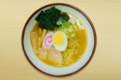 Еда свинины лапшей рамэнов японская в шаре на деревянной верхней таблице i Стоковые Фото