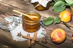 Еда, сладостный десерт Домодельный консервировать Варенье персика плодоовощ в опарнике стоковое фото