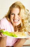 еда спагетти девушки счастливого Стоковые Фотографии RF