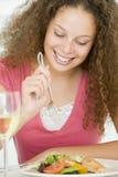 еда стеклянной женщины вина mealtime еды стоковое изображение rf