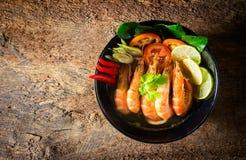 еда тайская yum tom супа креветки goong пряное стоковое изображение