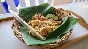 Еда тайских лапшей пусковой площадки тайская Стоковая Фотография