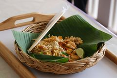 Еда тайских лапшей пусковой площадки тайская Стоковые Фото