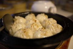 Еда традиционного китайского испаренных заполненных плюшек в бамбуковом распаровщике стоковое изображение rf