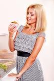 Еда удерживания женщины. стоковая фотография