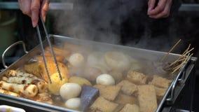 Еда улицы разнообразие oden ингридиенты на рынке Kuromon в Осака Японии 4K акции видеоматериалы