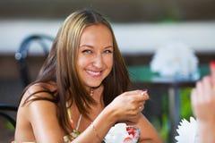 еда усмехаться клекота льда девушки стоковое фото rf