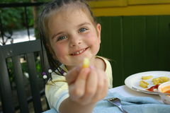 еда французской картошки девушки Стоковое фото RF