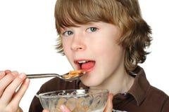еда хлопьев мальчика шара предназначенная для подростков Стоковое Изображение RF