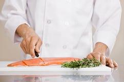 еда шеф-повара подготовляет сырцовые семг отрезая к стоковые фотографии rf