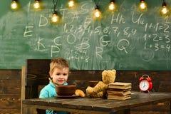 Еда школы Мальчик имеет еду школы Ребенок наслаждается едой школы Еда школы для школьника Умный, съешьте умное стоковое изображение