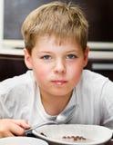 еда шоколада хлопьев мальчика шариков Стоковое Изображение